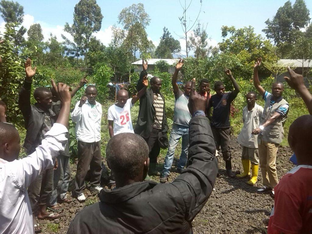Les 38 hommes qui ont suivi la première formation en intermédiation culturelle dans le camp de Mugunga s'engagent bénévolement pour travailler avec les milliers de personnes vivant dans le camp