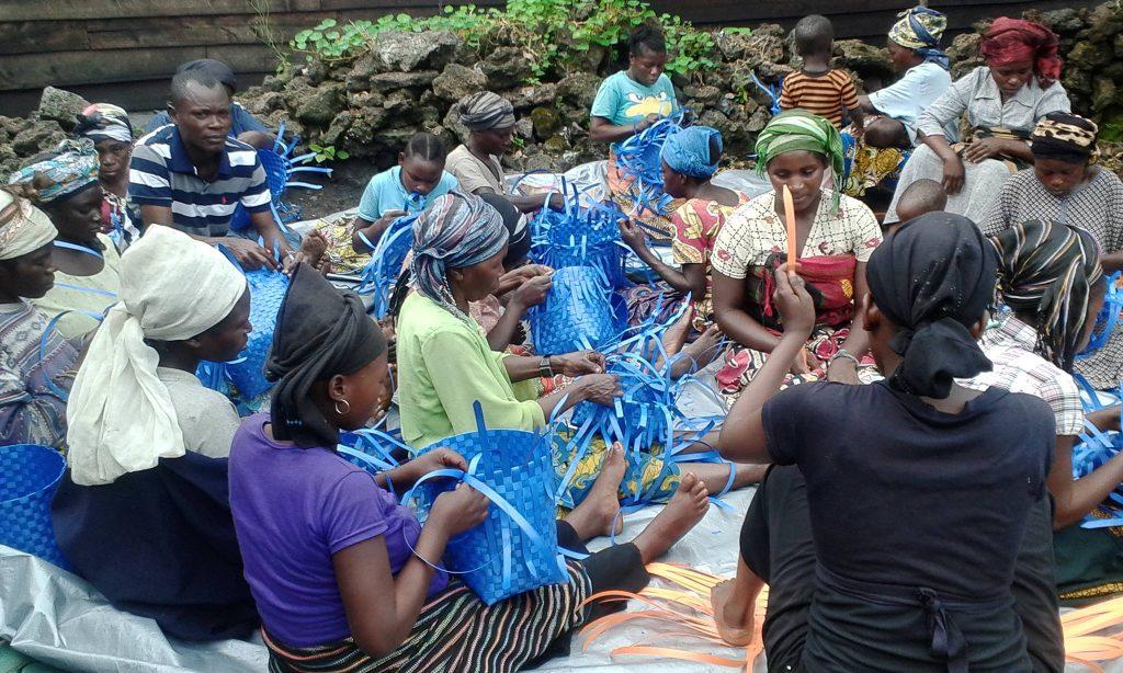 Fabrication de paniers Goyabaya dans un camp de personnes déplacées près de Goma