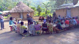 Notre co-président installe les Babamama, qui ont suivi la formation dans les camps, comme formateurs Simama dans les villages